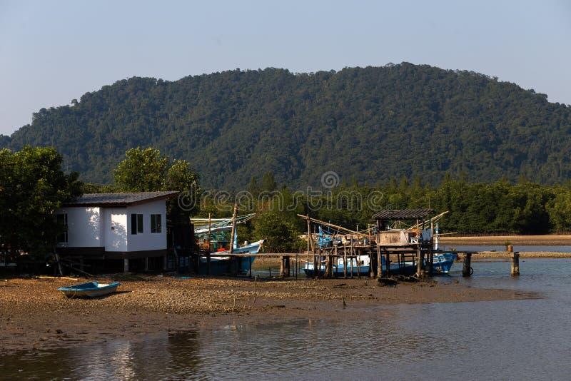小渔夫的村庄视图在泰国的Ko张海岛在2018年4月 免版税库存照片