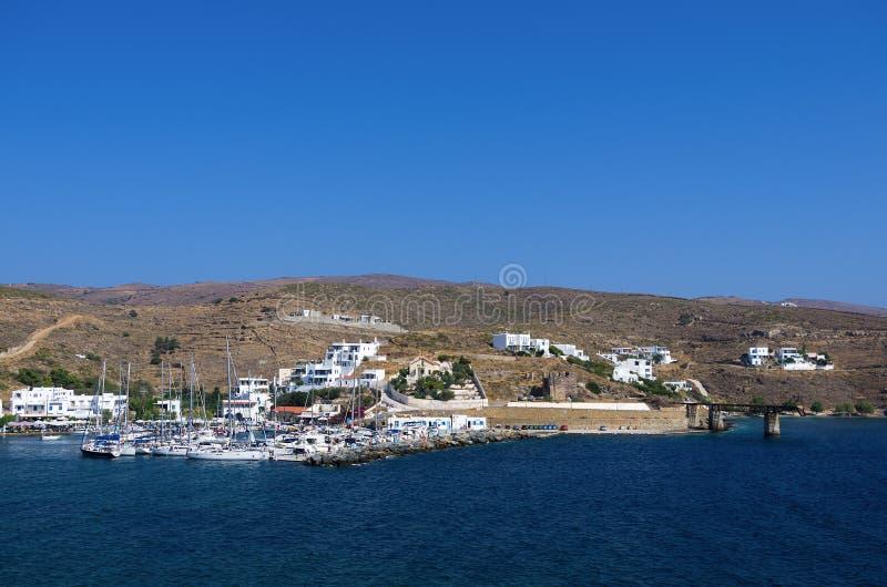 小港口在Loutra村庄,基斯诺斯岛海岛,基克拉泽斯,希腊 库存照片