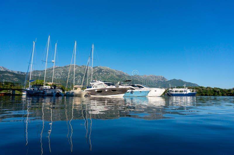 小游艇小游艇船坞在蒂瓦特市附近的Seljanovo村庄 ??kotor montenegro 库存图片