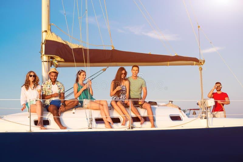 Download 小游艇的微笑的人 库存图片. 图片 包括有 海洋, 白种人, 调情, 天空, bink, 生活方式, 上尉 - 72365621