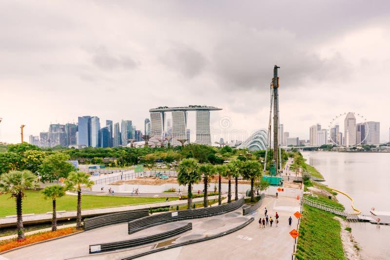 小游艇船坞与新加坡的地平线的堰坝视图在背景中 库存图片