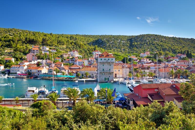 小游艇船坞亚得里亚海的村庄在特罗吉尔附近的 库存图片