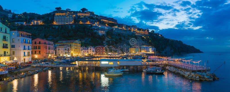 小游艇船坞全景夜视图重创在索伦托-普遍的旅游目的地在意大利 免版税库存照片