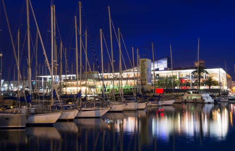 小游艇船坞口岸Vell夜视图在巴塞罗那 免版税库存照片