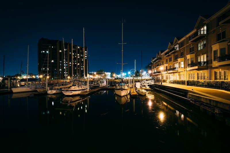 小游艇船坞和公寓在江边在晚上,在加州 图库摄影