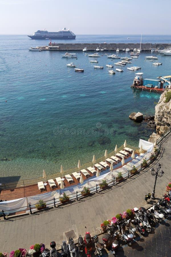 小游艇船坞和口岸在阿马飞褶皱藻属的,意大利,一个普遍的目的地意大利镇沿Sorrentine海岸 免版税图库摄影
