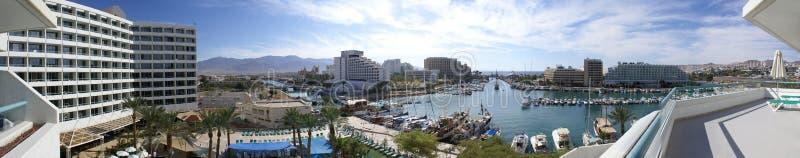 小游艇船坞和旅馆的全景在埃拉特 库存图片