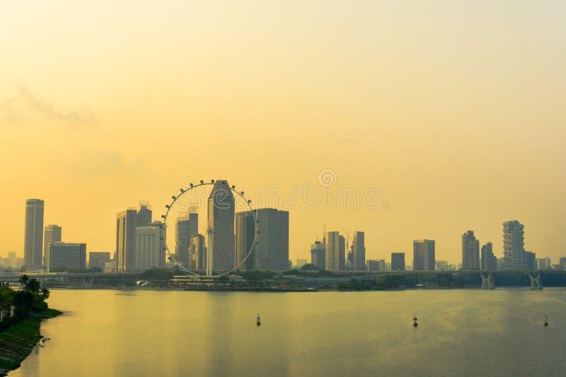 小游艇船坞在日落的堰坝和新加坡飞行物 免版税库存图片