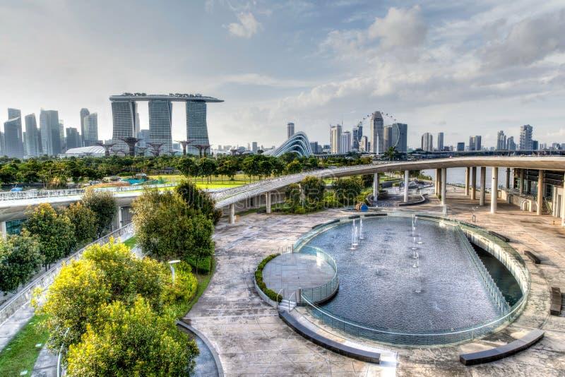 从小游艇船坞堰坝的新加坡地平线 免版税库存照片