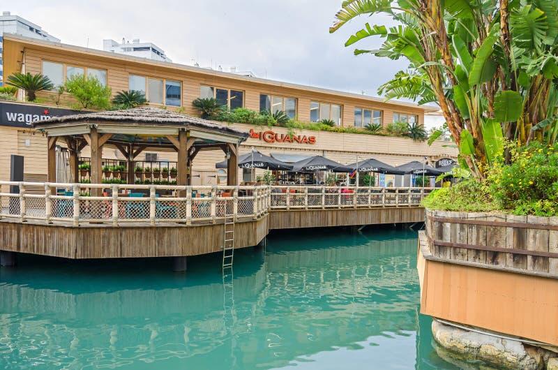 小游艇船坞海湾正方形和海洋村庄有餐馆的las guanas在直布罗陀 免