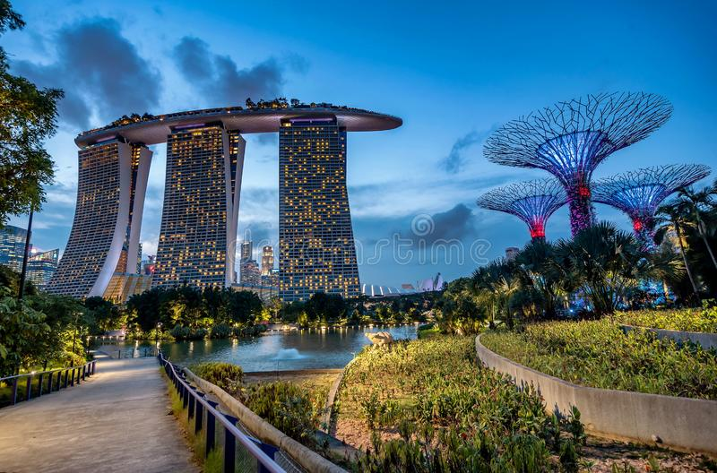 小游艇船坞海湾铺沙旅馆在黄昏在新加坡,马来西亚 库存照片