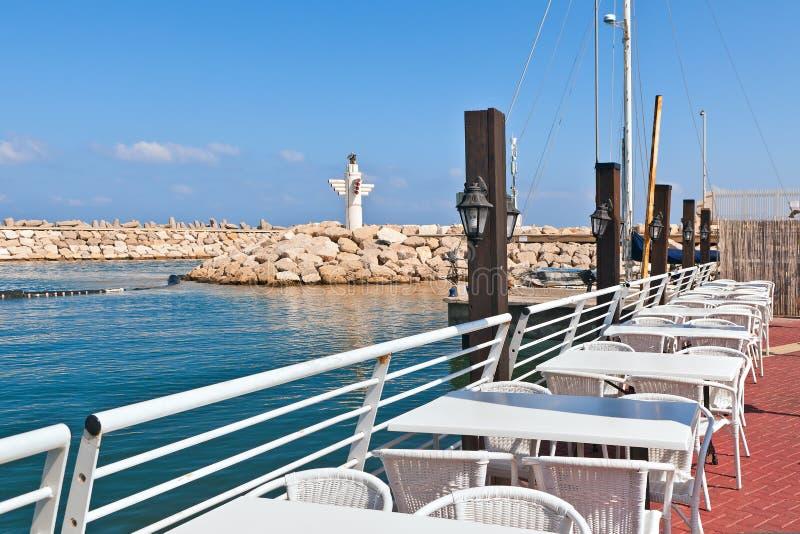 小游艇船坞的室外餐馆在阿什凯隆,以色列。 免版税库存照片