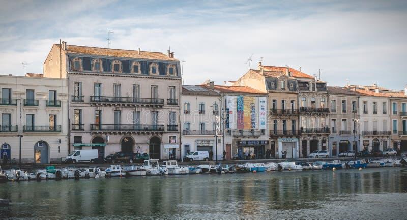 小游艇船坞的看法在塞特港,法国的市中心 免版税库存照片