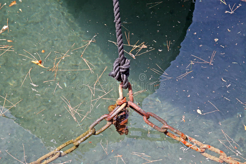 小游艇船坞Punat,捆绑、链子和绳索,亚得里亚海的海岸, 1,克罗地亚 免版税库存照片