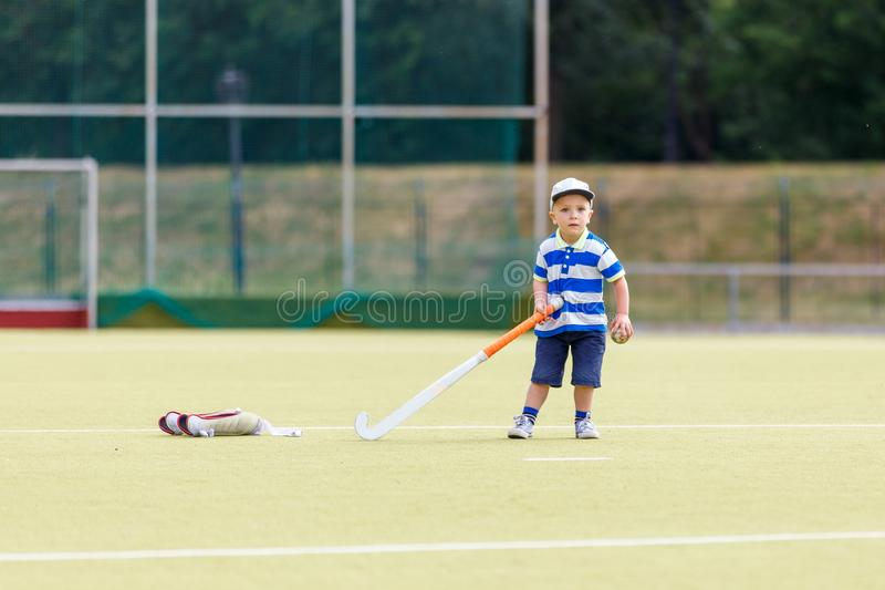 小滑稽的男孩运动场曲棍球 库存图片