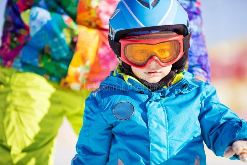 小滑雪者佩带的滑雪盔甲和风镜 库存图片