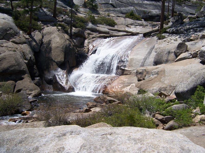 小瀑布在山脉 库存图片