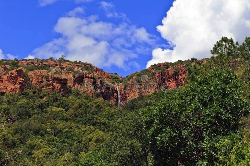 水小瀑布在峭壁边缘的 免版税库存图片