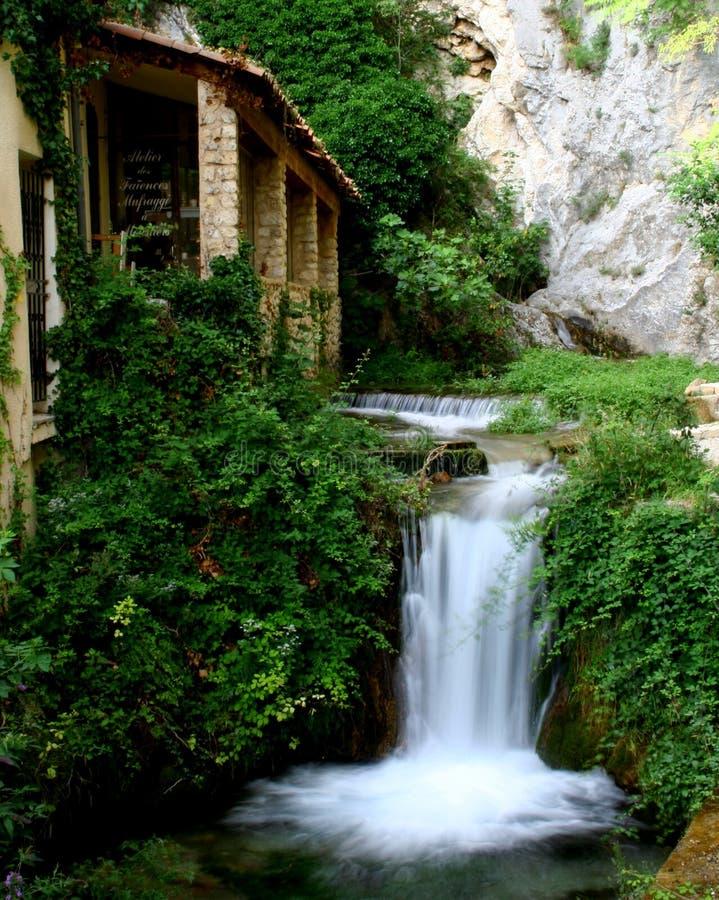 小瀑布在有议院的普罗旺斯 免版税库存照片