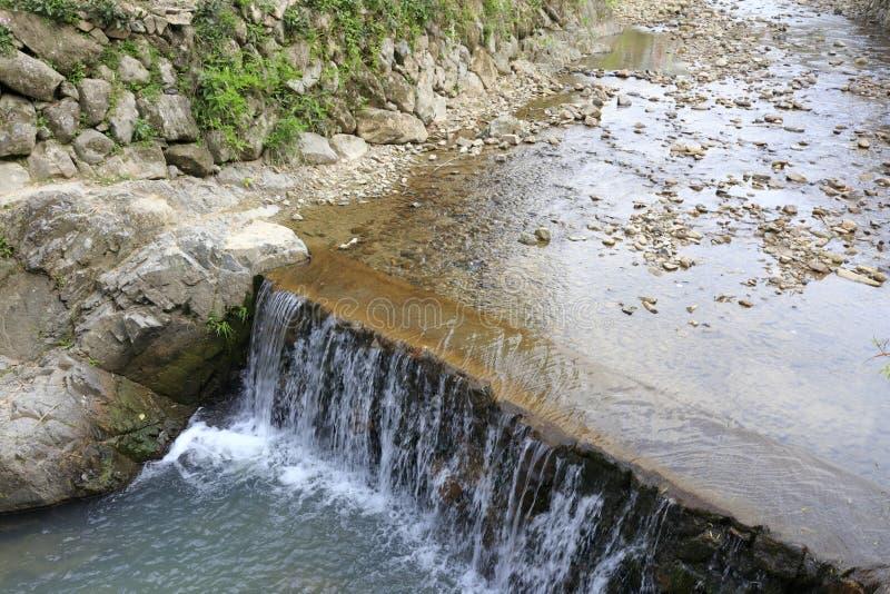 小瀑布在村庄,多孔黏土rgb 免版税库存照片