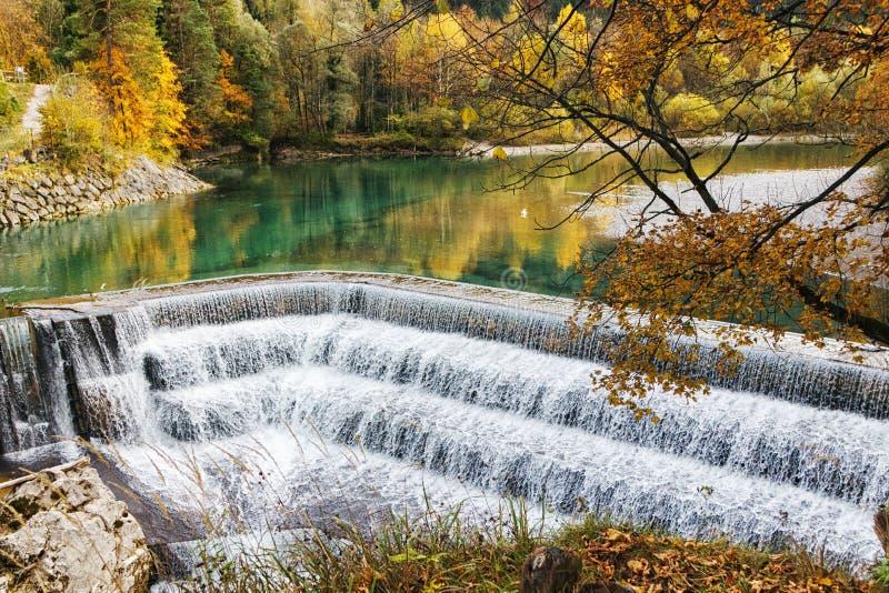 小瀑布瀑布在一个五颜六色的秋天森林里 免版税库存照片