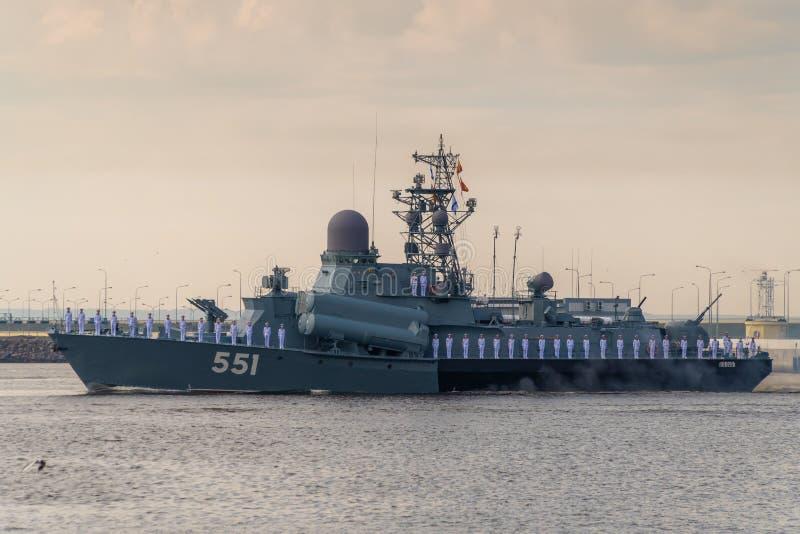 小火箭船沿喀琅施塔得运行在海军的天的庆祝时 2019年7月28日 图库摄影