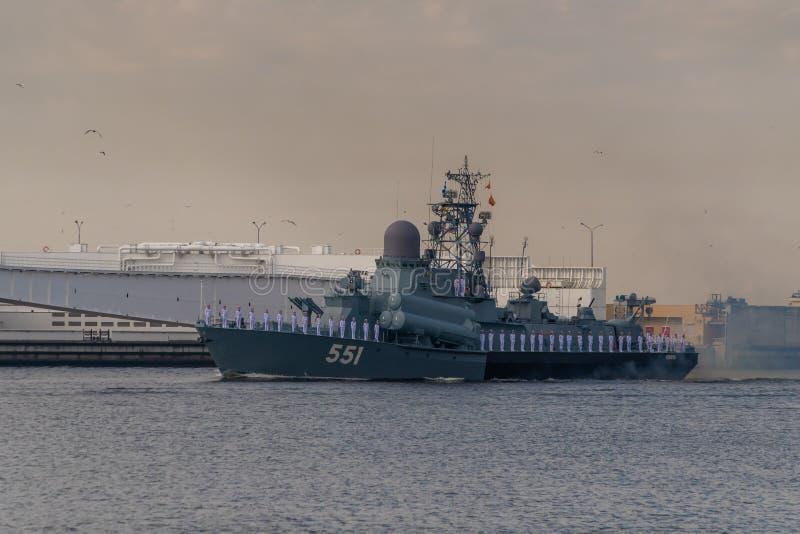 小火箭船沿喀琅施塔得运行在海军的天的庆祝时 2019年7月28日 免版税图库摄影