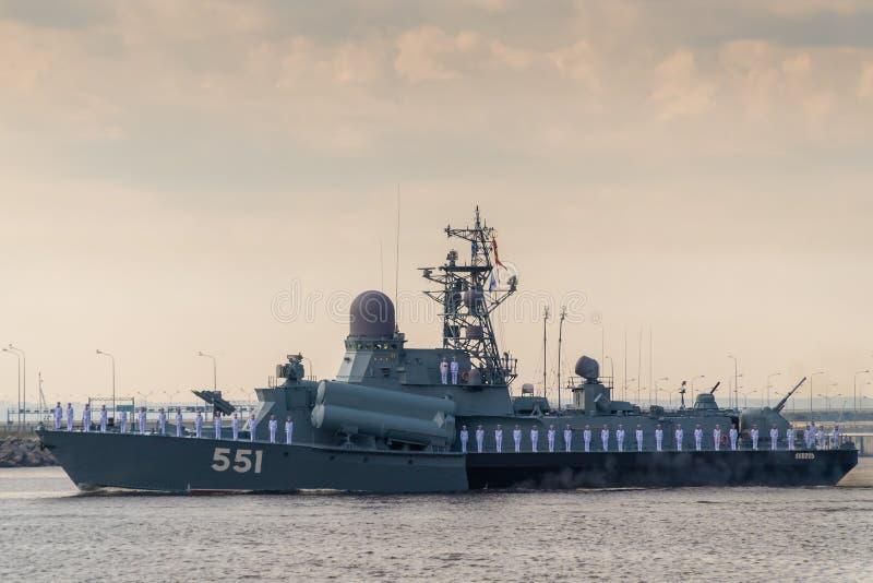 小火箭船沿喀琅施塔得运行在海军的天的庆祝时 2019年7月28日 免版税库存照片