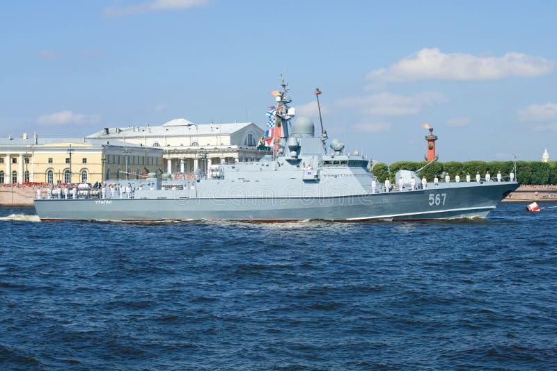 小火箭船` Uragan `在一次海军游行参与以纪念海军天 免版税库存图片