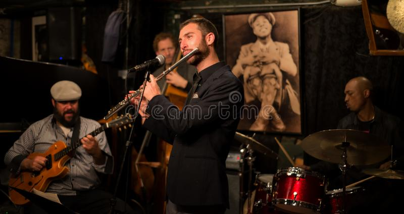 小爵士乐俱乐部的人们 免版税库存图片