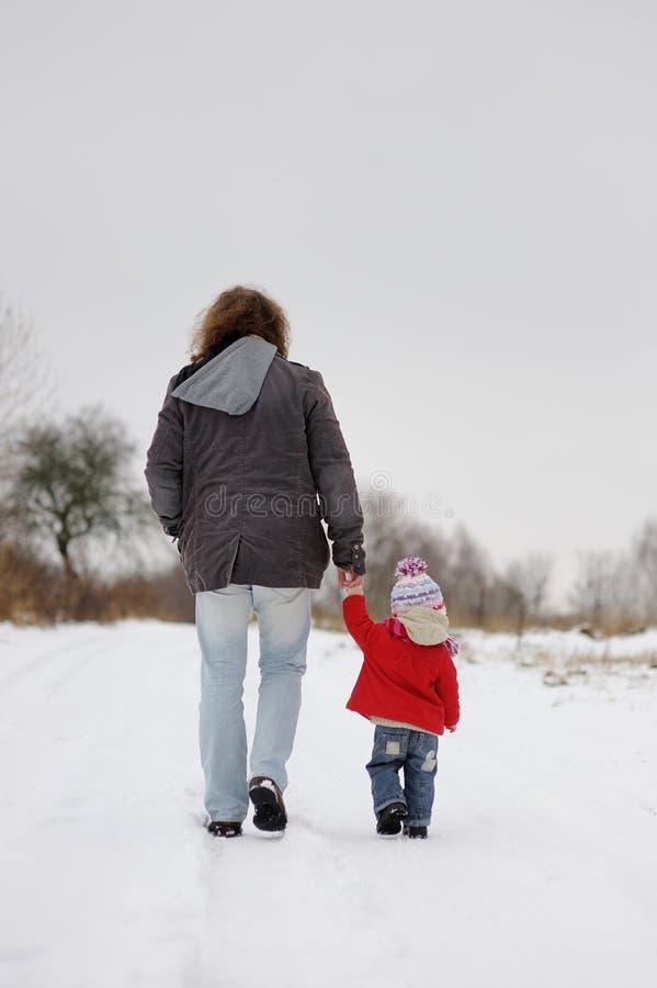 小父亲女孩她小的冬天 库存照片