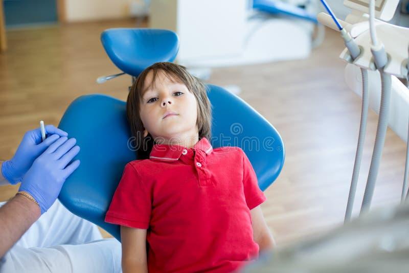 小牙齿诊所的孩子耐心参观的专家 库存照片