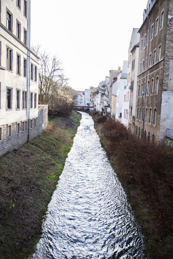 小狭窄的山河流经城市 免版税库存图片
