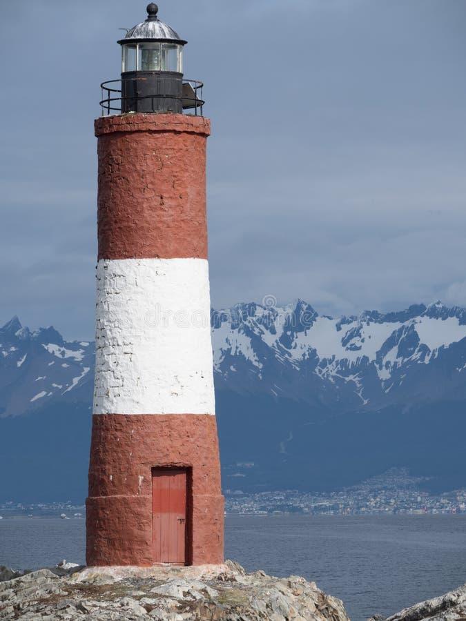 小猎犬有山的海峡灯塔在背景中 免版税库存图片