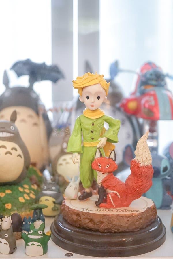 小王子的软的焦点有他的在镜子显示的狐狸缩样与其他字符一起 库存照片