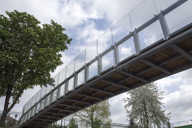小现代玻璃桥梁 免版税库存图片