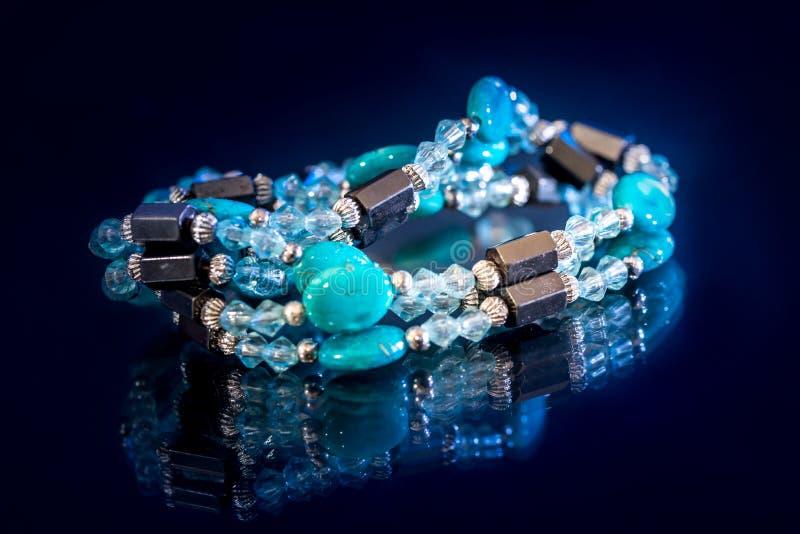 小珠和被隔绝的宝石镯子 免版税图库摄影