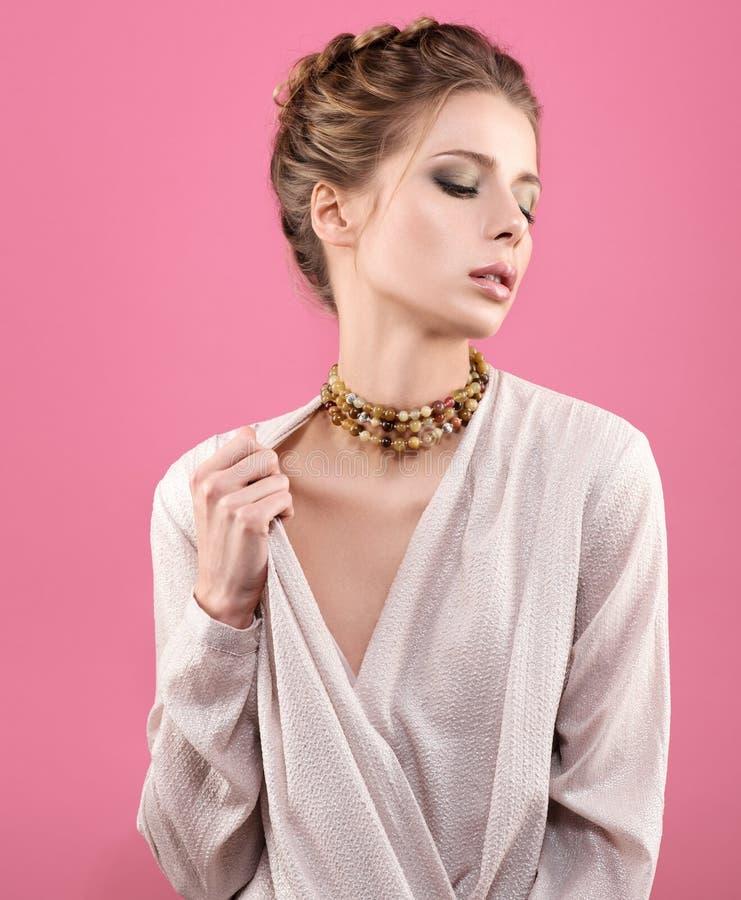 小珠项链紧跟在一个美丽的少妇后面的 轻的构成 库存图片