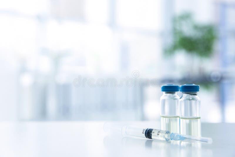 小瓶和注射器有医学的 库存图片