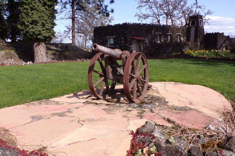 小生锈的大炮保护这个美好的风景 免版税库存图片