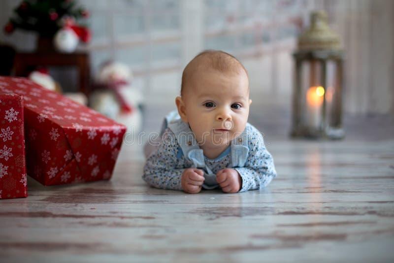 小男婴逗人喜爱的圣诞节画象,说谎在他的腹部o 免版税图库摄影
