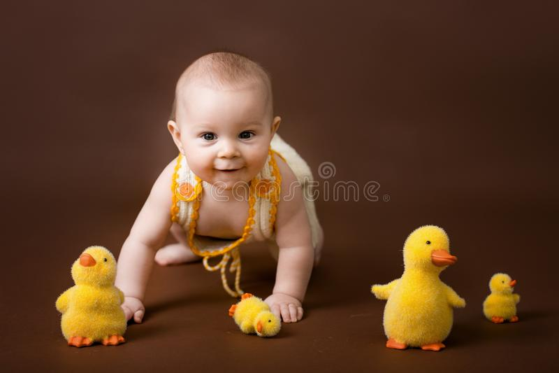 小男婴,使用与装饰鸭子,隔绝在眉头 免版税库存图片