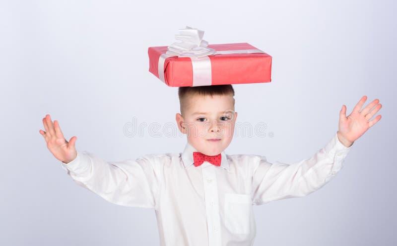 小男孩举行礼物盒 圣诞节或生日礼物 梦想实现 购买礼物 幸福和正面情感 免版税图库摄影