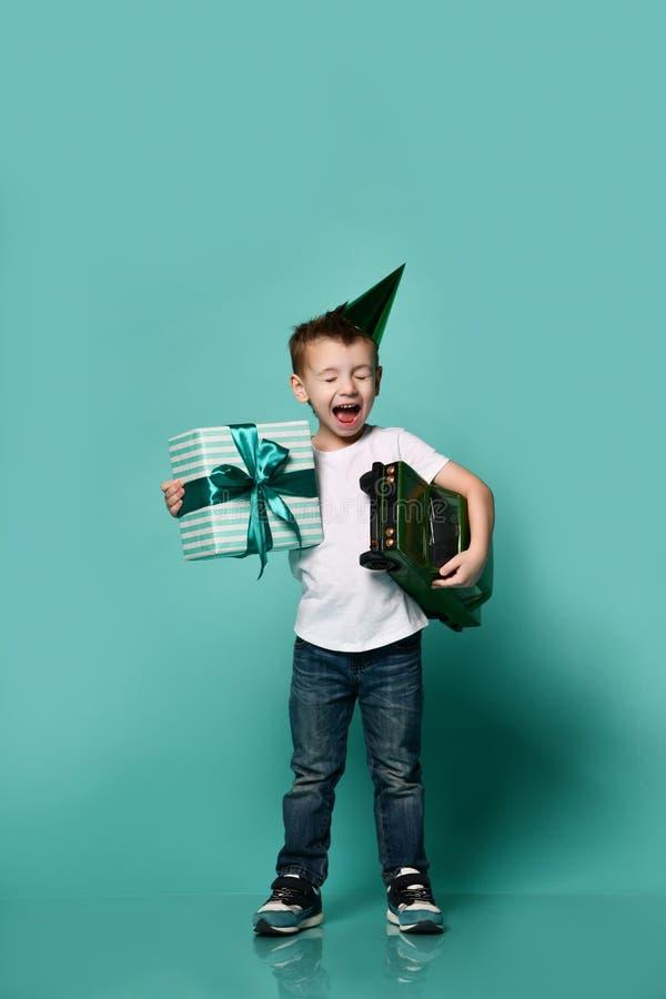 小男孩佩带的党帽子手藏品礼物演播室画象 免版税库存照片