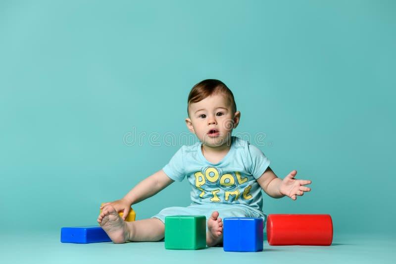 小男孩使用与块玩具的儿童小孩 免版税库存照片