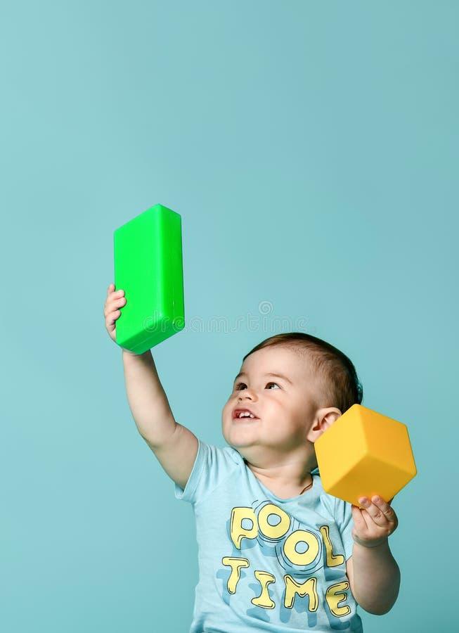 小男孩使用与块玩具的儿童小孩 库存照片