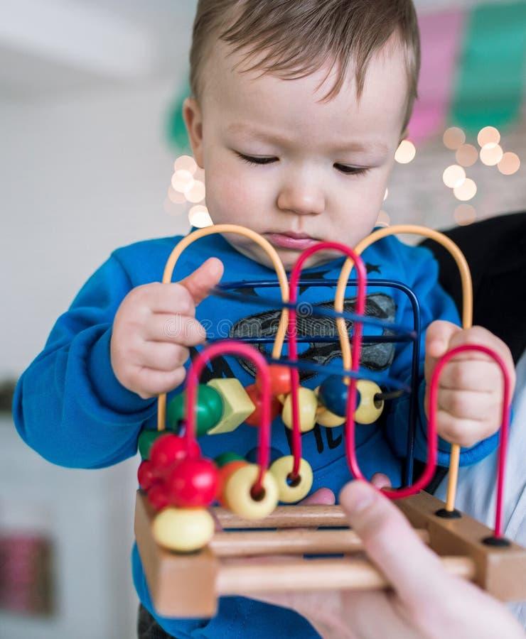 小男孩充当设计师 儿童` s比赛在家 现代孩子的智力发展 图库摄影