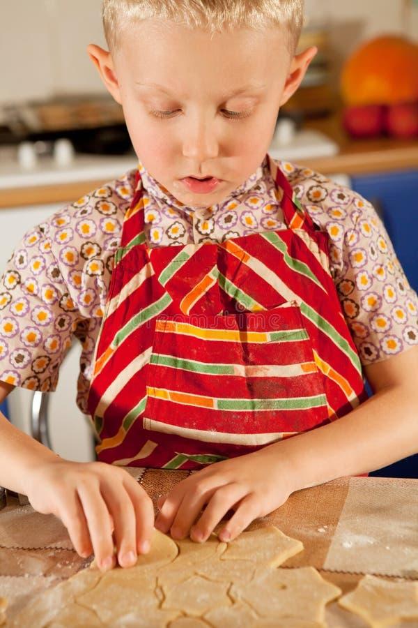 小男孩准备圣诞节曲奇饼 库存照片