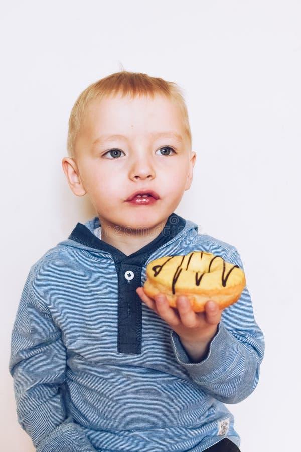 小男孩吃着多福饼 库存照片