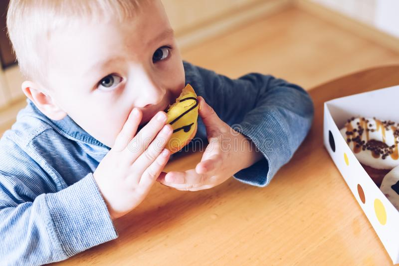 小男孩吃着多福饼 图库摄影